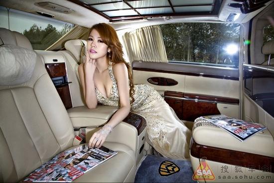 爆乳长腿水蛇腰美女坐拥豪车