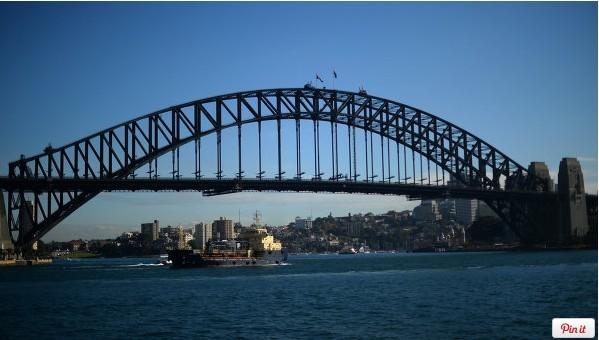 据俄新社5月30日消息,拥有80多年历史的悉尼拱桥将首次上色。 悉尼海港大桥是世界最大的 ( 非最长的) 钢拱桥,它已是澳大利亚著名标志之一。   报道称,1932年3月19日官方通车日场面十分隆重, 吸引了众多当地市民和游客参观。 据有关机构所言,悉尼海港大桥自1932年开桥以来遭到严重腐蚀,还没有被修复。   澳大利亚道路运输部部长表示,将会用48.