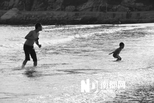 海边钓鱼的儿童画