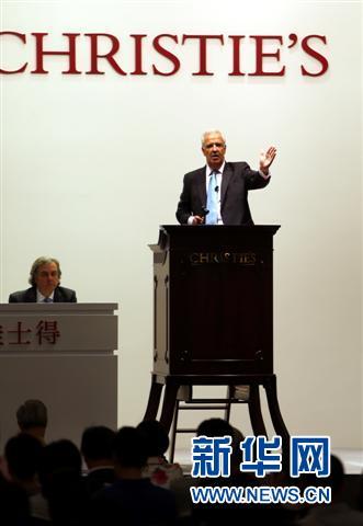 5月29日,香港佳士得拍卖师在主持中国瓷器及工艺品专场拍卖会。新华社记者李鹏摄