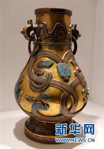 这是香港佳士得春拍预展上展出的一件清乾隆錾胎填珐琅兽面纹活环耳壶(5月27日摄)。该拍品以315万港币成交。新华社记者李鹏摄
