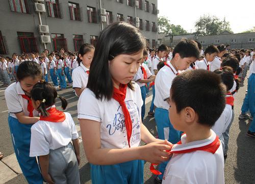 5月31日,府学胡同小学校长马丁一在活动中为该校获北京市东城区十佳少先队队员的学生颁奖。新华社记者 赖向东 摄