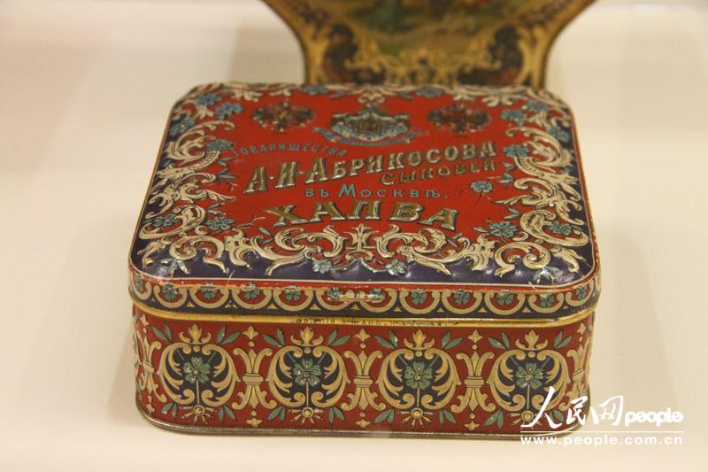 图为俄罗斯著名糖果生产商红十月的阿廖卡巧克力包装。自上世纪60年代,阿廖卡巧克力成为很多孩子对于美好童年的回忆,直到今日,阿廖卡巧克力仍是俄罗斯最受欢迎的巧克力品牌之一。( 刘旭 摄)   人民网莫斯科5月31日电(刘旭) 近日,俄罗斯商品包装设计展在莫斯科马涅日展馆举行。该展览展出了自19世纪后半叶到20世纪90年代俄罗斯生产的糖果、烟草、伏特加、茶叶、香水以及日用品等各式各样的商品包装,其中还包括俄罗斯著名糖果品牌红十月、阿布里科索夫家族以及香水品牌红色莫斯科在俄罗斯不同年代的包