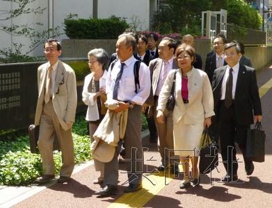 5月31日,福岛核事故疏散灾民向日本政府和东电索赔案的第一次口头辩论在千叶地方法院举行。图为上午10点10分左右,原告进入法院。