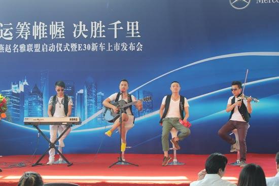 活动前乐队现场表演