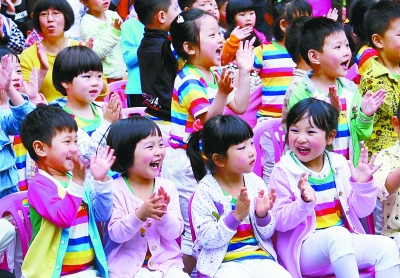 这是淮海路幼儿园的小朋友被台上表演的魔术节目逗得开怀大笑.