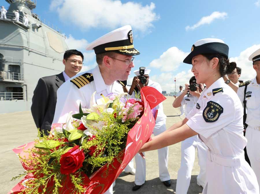 夏洛/南海舰队在湛江某军港码头举行欢迎仪式欢迎美国海军夏洛号...