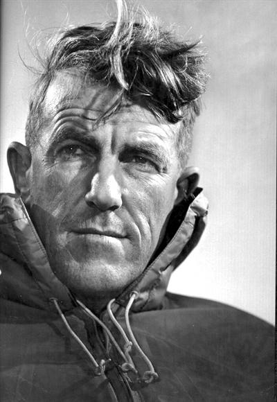 1953年,新西兰人埃德蒙和向导丹增首次登顶珠峰,分别39岁和34岁.