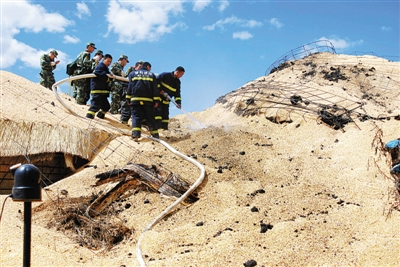 6月1日,消防官兵在中储粮林甸直属库清理火灾事故现场。新华社记者 范迎春 摄
