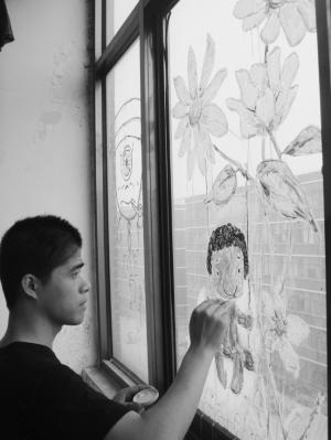 石家庄大学生窗玻璃上绘漫画六一晒漫画(图)版童心彩色三国演义图片