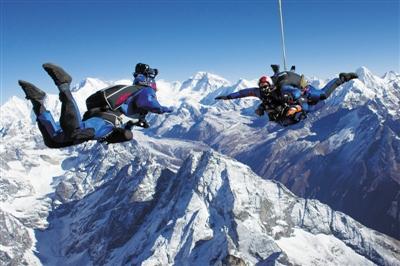 2013年5月15日,一群冒险者从珠穆朗玛峰5486米处跳伞,在空中摆出各种造型和姿势。
