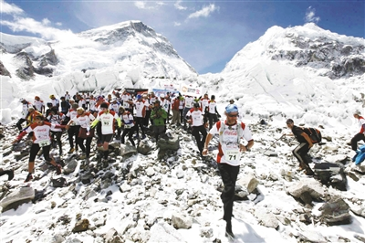5月29日,尼泊尔举办世界最高海拔珠峰马拉松赛,庆祝登顶60周年。