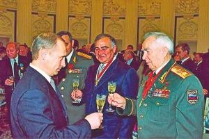 2001年,库利科夫元帅接受时任俄罗斯总统的普京敬酒。