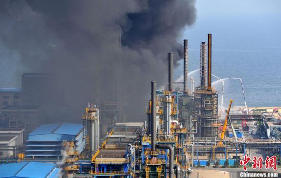 6月2日,中石油大连石化分公司上空黑烟滚滚。当日下午14时30分许,中石油大连石化分公司发生爆炸。目前,消防部门正在现场实施救援。刘德斌 摄 CNSPHOTO