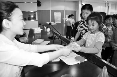 安阳市2013年困境儿童救助金发放仪式在市民政局召开