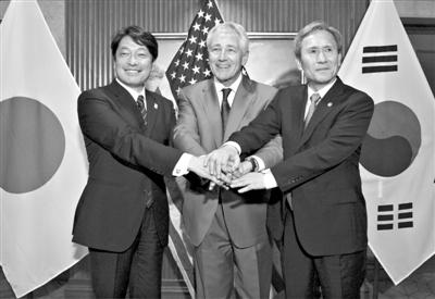 1日,新加坡香格里拉对话会,日本防卫大臣小野寺五典(左)、美防长哈格尔(中)、韩防长金宽镇(右)在会晤后发表联合声明。