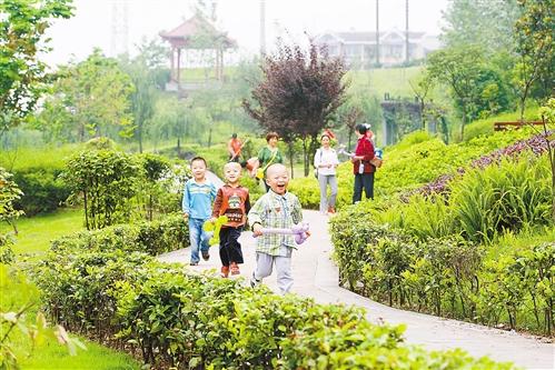 5月31日,几位小朋友在改造后的九龙坡区六店子社区公园内开心地玩耍。