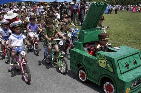 在儿童节庆祝活动上,朝鲜小朋友们身着军装,模拟阅兵仪式。