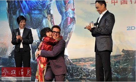 好莱坞影星小罗伯特・唐尼(右二)在《钢铁侠3》北京首映式上。