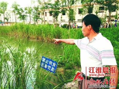 公园保安王师傅向记者描述事发时的场景。 晨报记者 王岗 摄