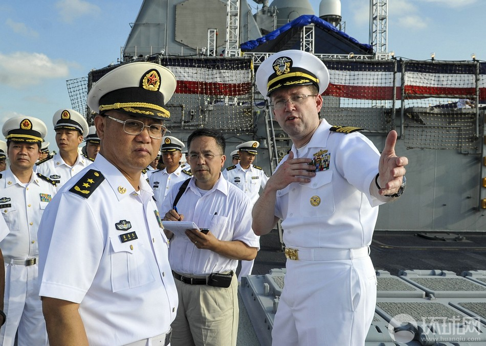 蒋伟烈 夏洛/南海舰队司令蒋伟烈登上美军夏洛号巡洋舰,美军舰长进行导览。