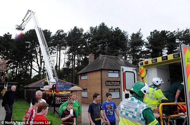【环球网综合报道】据英国《每日邮报》5月31日报道,英国一男子跳伞途中,不幸被树枝困住,所幸超过35名消防员及时进行援救,最终该男子得以脱险。