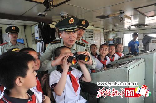 """秦皇岛青云里小学的学生们登上停靠在港口的""""鸿海""""号万吨巨轮,感受""""船"""