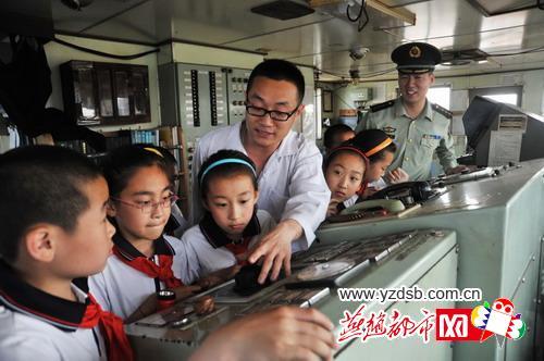 """秦皇岛青云里小学的学生们登上停靠在港口的""""鸿海""""号万吨巨轮,感受"""""""