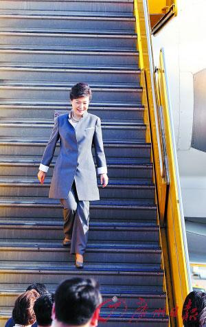今年5月8日,正在美国访问的韩国总统朴槿惠乘专机抵达洛杉矶国际机场,图为朴槿惠走出机舱。