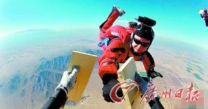 美国男子高空跳伞