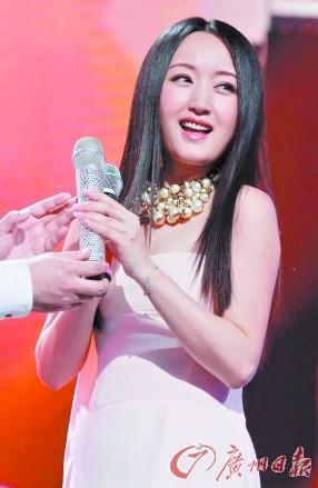 接过做主持的话筒,杨钰莹辛苦并快乐着。