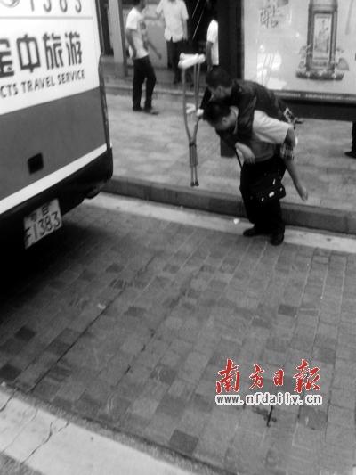 黄国文背乘客上下车,被网友拍了下来。小图:黄国文近照。