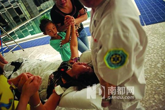 死者母亲情绪失控,被送上了救护车。