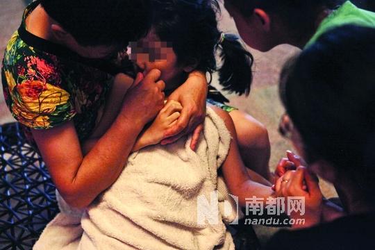 女孩抢救无效,已被证实死亡后,家属仍未放弃,在现场继续为她做心肺复苏和人工呼吸。