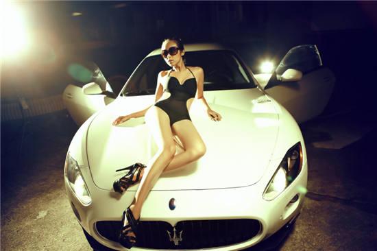 夜幕下的香车美女 泳装车模缠绵玛莎拉蒂 搜狐汽车