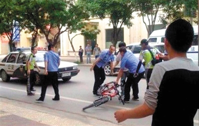 5月31日,一辆警车驶过城管与商户冲突现场未停。视频截图