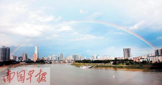 昨日下午南宁市忽降大雨。雨后,一条彩虹横跨邕江两岸。记者 唐辉吉摄