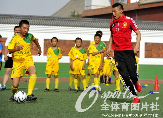 组图:国足参加校园足球活动 与小学生亲切互动图片