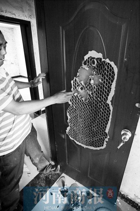 村民发现,新房的门是纸做的