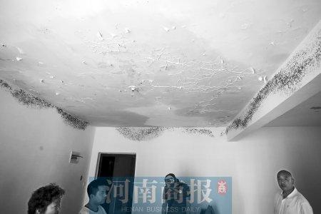 房顶渗水、墙皮脱落,有的地方已经发霉