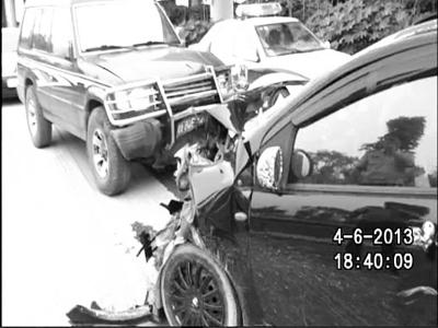"""""""疯车""""撞人撞车撞到烂才停"""