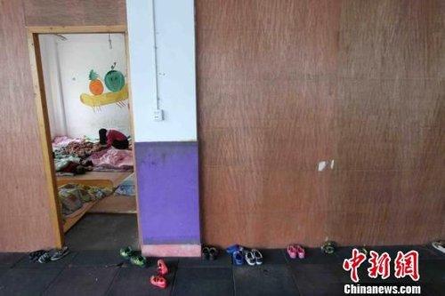 图为:幼儿园的午休室与教室、活动室都用木板隔起,空气流动性差。