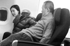 田朴珺 王石/田朴珺与王石在飞机上的照片去年10月底曝光。