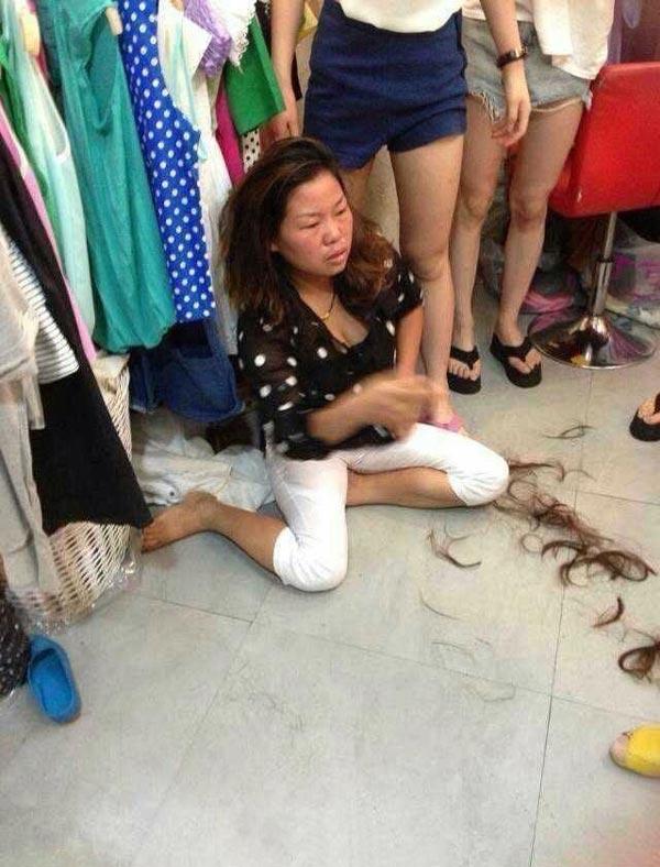 温州女子偷东西败露 被店主强行剪掉头发图