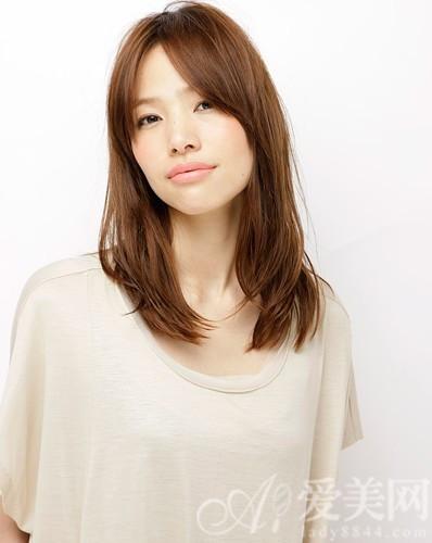 发型颜色:棕色   碎发的齐刘海轻微拨松体现出自然,而厚重的不规则图片