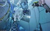 美宇航员12.2米深泳池接受失重训练