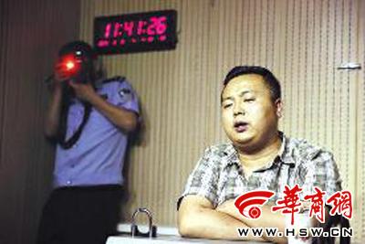 犯罪嫌疑人樊某面对镜头依然满嘴假话,说他什么都能办 本报记者袁琛摄