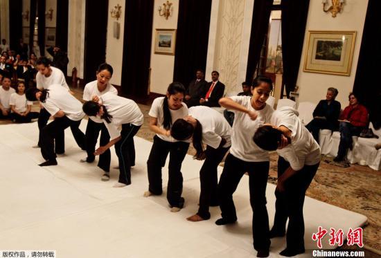 资料图:当地时间2013年1月17日,印度新德里,奢侈酒店女员工展示10天集训学习的防身术。