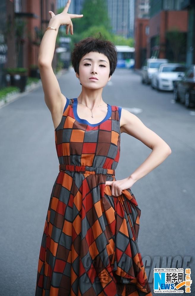 """高清图:黄曼街头拍写真 """"拉丁舞后""""俏皮可爱"""