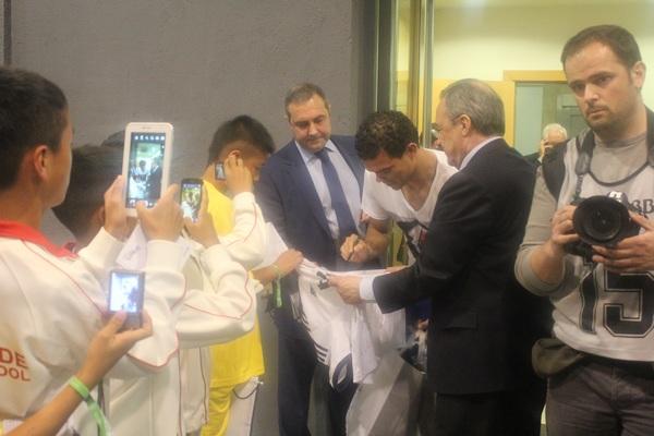 弗洛伦蒂诺以及佩佩在和孩子们签名